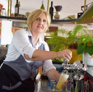 Marija, eine Meisterin an der Zapfanlage