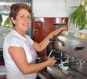 Zora zaubert für Sie leckere Kaffeespezialitäten.