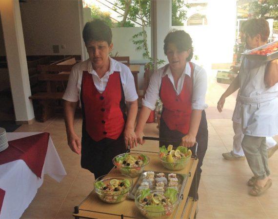 Marica und Zora bei der Vorbereitung für das Spanferkelbuffet